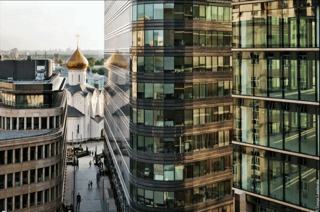 Ритм города и небоскребы на Белой Площади
